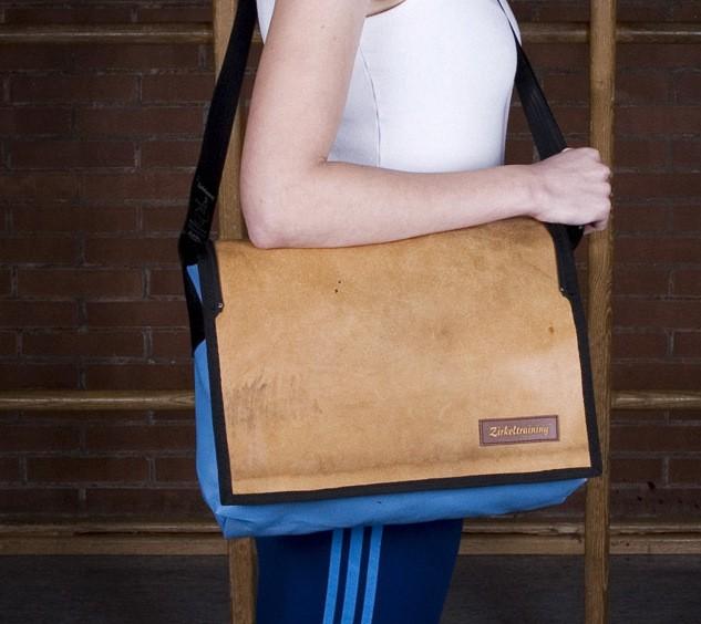 Kuriertasche Flick Flack C vergrösserbar - Blaue Turnmatte und gebrauchtes Sportgeräte Leder